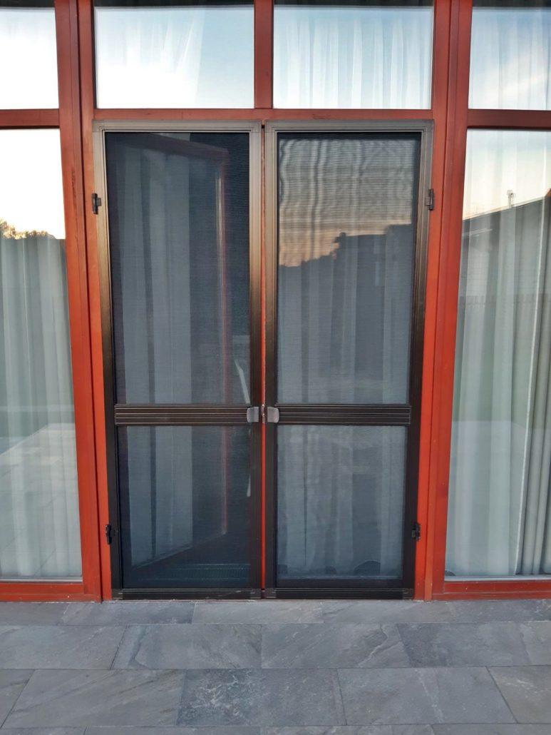 Распашная дверная сетка